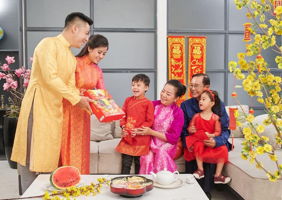 Cách chọn quà tết biếu bố mẹ chồng chuẩn vợ hiền dâu thảo