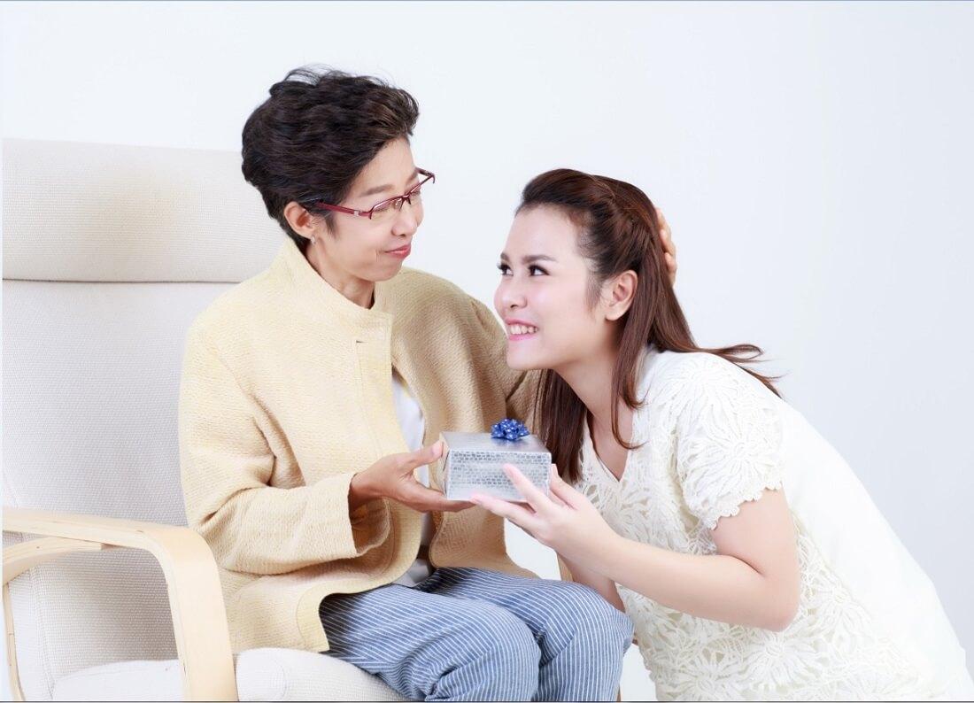 Nên chọn quà tết thích hợp với thời tiết cho bố mẹ chồng